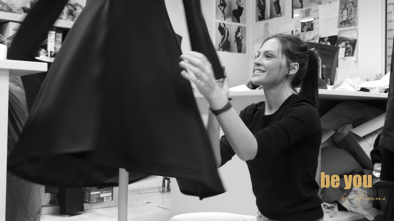 3f27b569566 Υβ. Μπόσνιακ: Δείτε την στο ατελιέ της να σχεδιάζει σειρά prêt a porter  ρούχων! | NewsPistol - Πεθαίνεις να μάθεις.